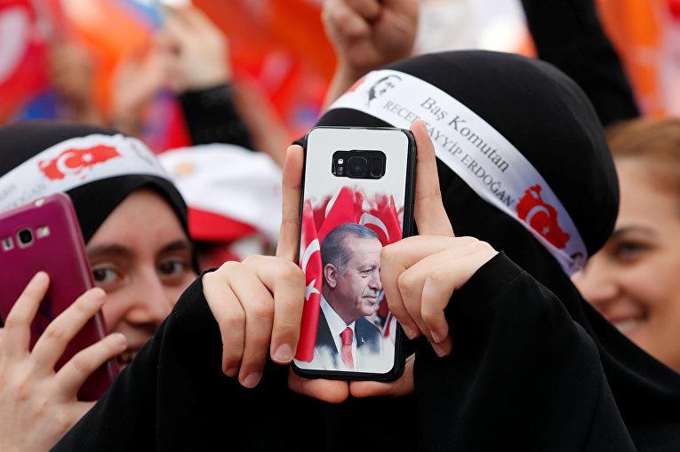 Сторонники президента Турции Тайипа Эрдогана во время предвыборного митинга в Стамбуле