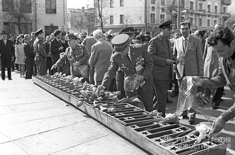 Ветераны Великой Отечественной Войны из Польши и Чехословакии возлагают венки на братскую могилу