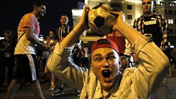 Российский болельщики празднуют победу России в матче с Египтом