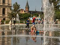 Дети играют в фонтане возле фан-зоны в Калининграде