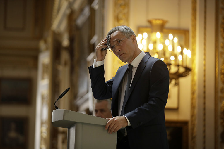 21 июня 2018. Генеральный секретарь НАТО Йенс Столтенберг вытирает пот со лба, отвечая на вопросы перед саммитом НАТО