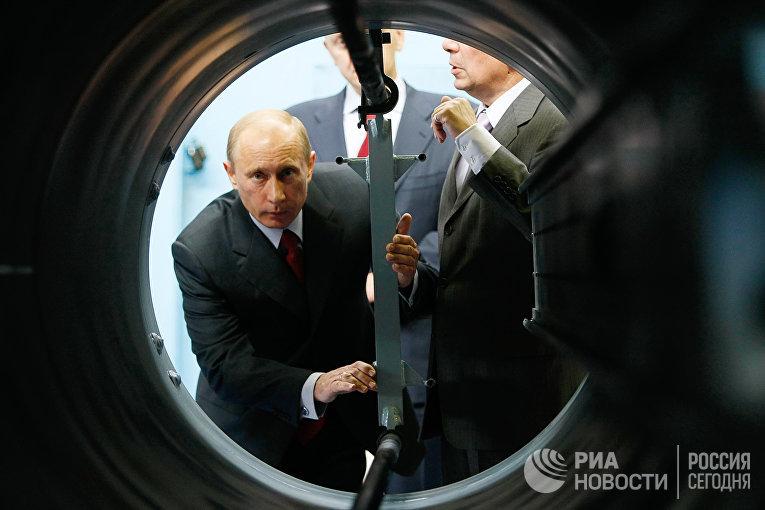 Премьер-министр России Владимир Путин во время посещения «Концерна воздушно-космической обороны «Алмаз-Антей»