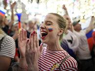 Болельщица сборной России радуются победе в матче группового этапа чемпионата мира по футболу против сборной Египта