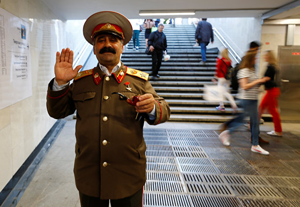 Двойник Иосифа Сталина в переходе московского метро
