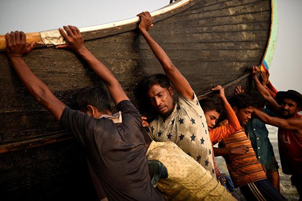 Беженцы рохинья заняты работой в городе Коксс-Базар, Бангладеш