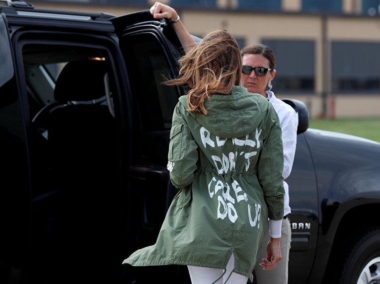 Первая леди США Мелания Трамп в куртке с надписью на спине «мне все равно, а вам?»