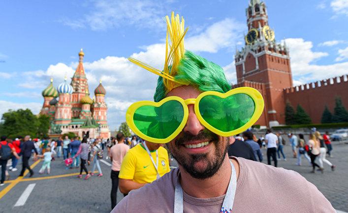 Бразильский болельщик на Красной площади в Москве