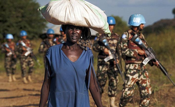 Женщина и патруль миротворцев миссии Организации Объединенных Наций в Джубе, Южный Судан