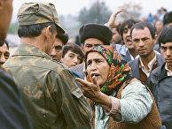 Пожилая жительница Нагорного Карабаха разговаривает с военнослужащим