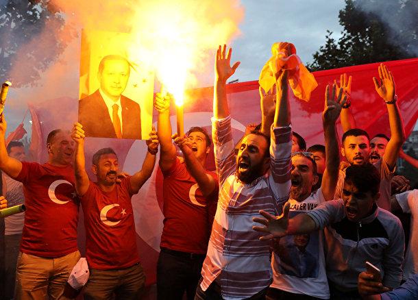 Сторонники президента Турции Тайипа Эрдогана в Стамбуле