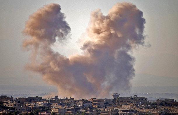 Дым над городом Дараа во время авиаударов сил сирийского режима