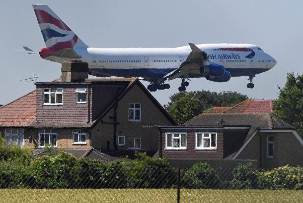 Самолет British Airways Boeing 747 приземляется в аэропорту Хитроу в Лондоне