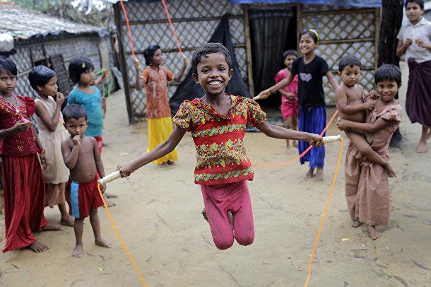 Дети беженцев рохинья играют в лагере беженцев Кутупалонг