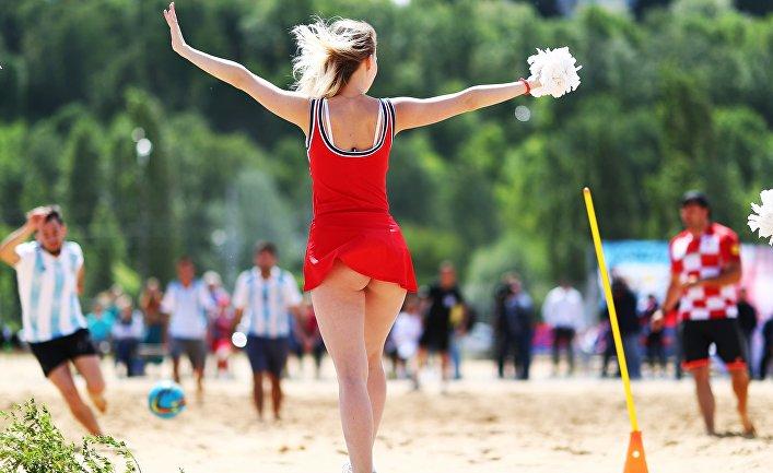 Во время товарищеского матча по пляжному футболу между болельщиками Аргентины и Хорватии на спортивной площадке Гребного канала в Нижнем Новгороде