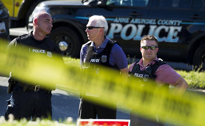 """Полиция штата Мэриленд рядом с местом преступления возле гедакции газеты """"Capital Gazette"""" в Аннаполисе. 28 июня 2018"""