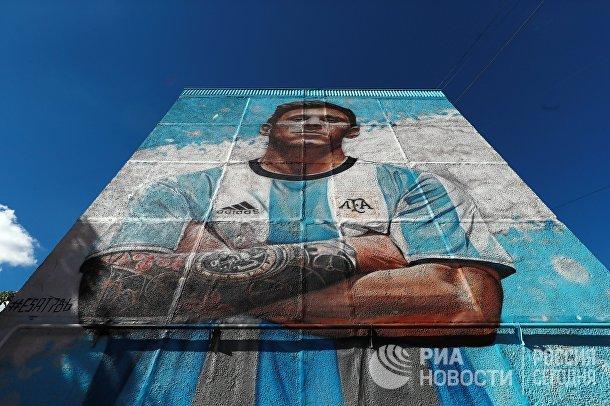 Граффити с изображением Лионеля Месси на фасаде жилого дома возле учебно-тренировочного центра ГУОР Бронницы в Московской области
