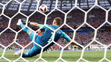 Российский вратарь Игорь Акинфеев во время серии пенальти