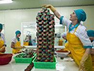 Работники рыбокомбината упаковывают икру на острове Итуруп, Россия