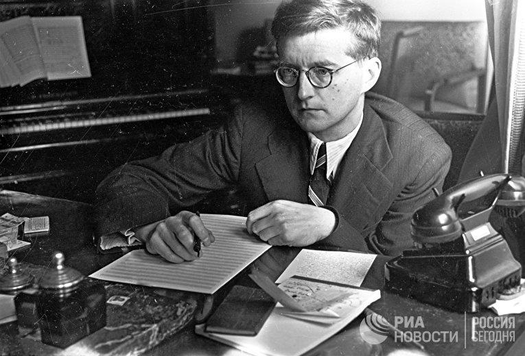Композитор Дмитрий Шостакович во время работы