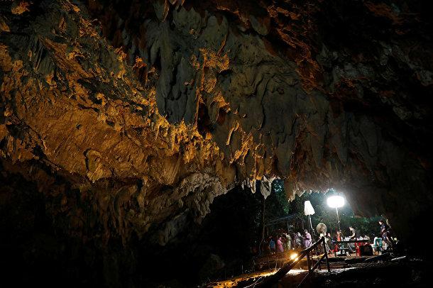 Журналисты работают у входа в пещеру Тхам Луанг