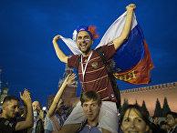 Российские футбольные болельщики празднуют победу своей команды над Испанией на Красной площади