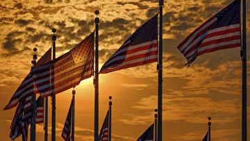 Флаги США вокруг монумент Вашингтона в День независимости США