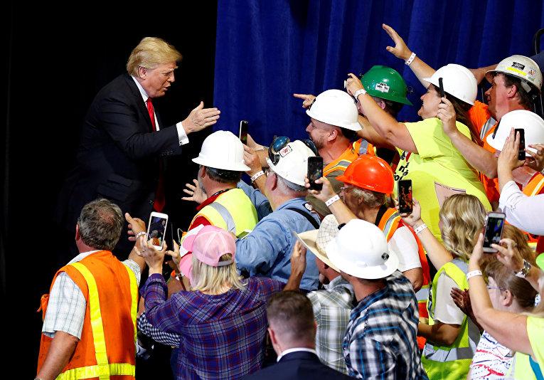 Президент США Дональд Трамп на митинге «Сделай Америку снова великой» в Грейт-Фоллс, США