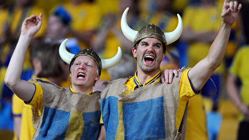 Болельщики футбольной сборной Швеции поддерживают свою команду