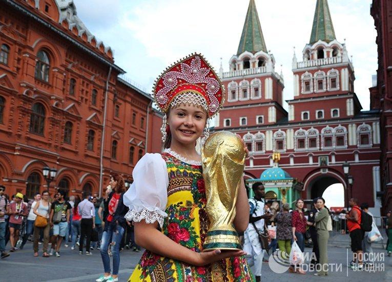 Болельщица с кубком на Манежной площади в Москве