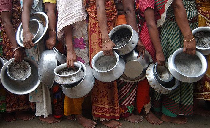 Жертвы наводнения в очереди за едой в Дакке, Бангладеш