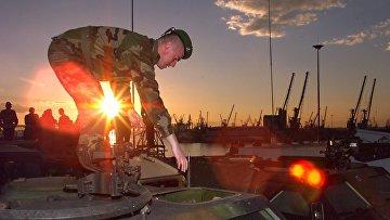 Французский солдат на бронетранспортере во время операция по переброске сил и вооружений НАТО через Салоники в Македонию, а затем в Косово