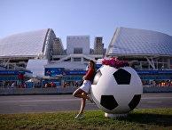 """Болельщица у стадиона """"Фишт"""" в Олимпийском парке в Сочи"""