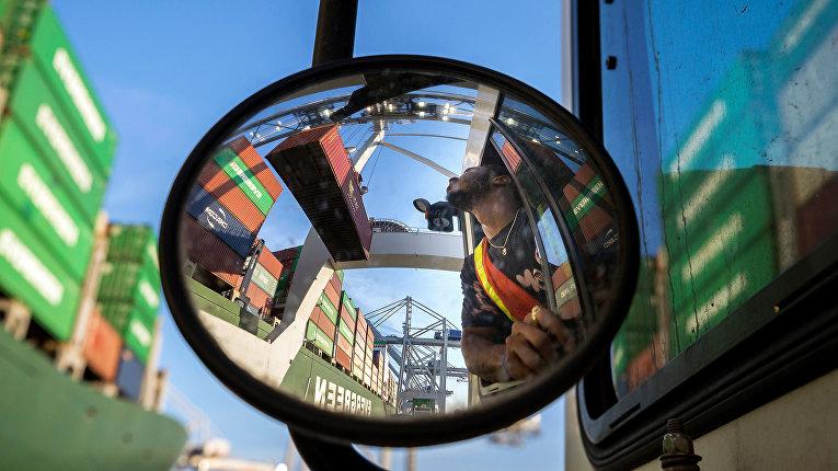 Разгрузка судна-контейнеровоза в порту Саванна в США