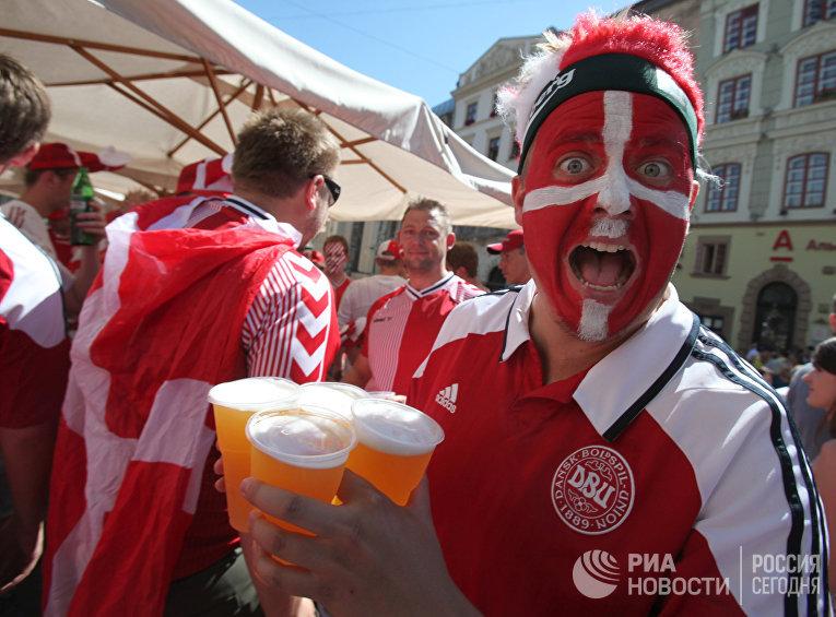Датские болельщики во Львове перед матчем группового этапа Чемпионата Европы по футболу между сборными командами Дании и Германии