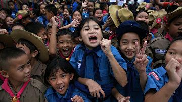 Школьники радуются спасению 12 детей и их тренера из пещеры Тхам Луанг в Таиланде