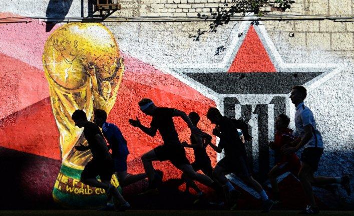 Игроки молодежного футбольного клуба во время разминки на футбольной площадке в Петроградском районе Санкт-Петербурга