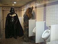 Люди в костюмах Дарт Вейдера и Чубакки в туалете во время 53-го Международного кинофестиваля в Анталии, Турция. 17 октября 2016