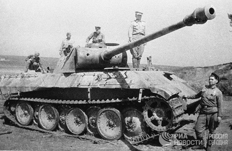 Немецкий танк, подбитый на Курской дуге