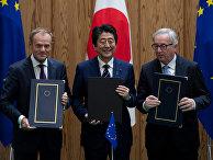 Дональд Туск, Синдзо Абэ и Жан-Клод Юнкер в Токио