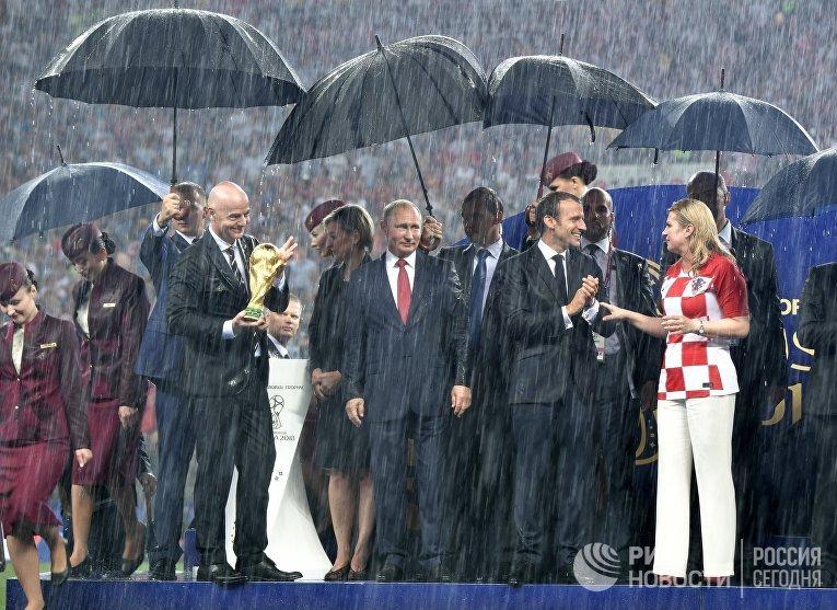 """Президент ФИФА Джанни Инфантино, президент РФ Владимир Путин, президент Франции Эммануэль Макрон и президент Хорватии Колинда Грабар-Китарович (слева направо) на церемонии награждения победителей чемпионата мира по футболу FIFA 2018 года на стадионе """"Лужники"""""""