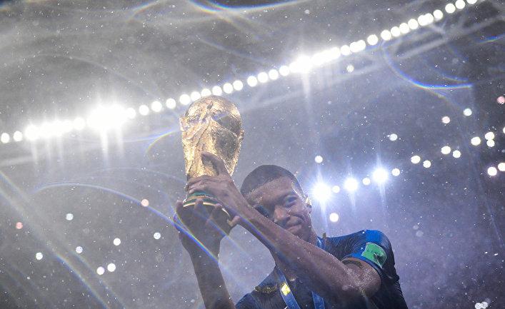 Килиан Мбаппе (Франция) на церемонии награждения победителей чемпионата мира по футболу 2018