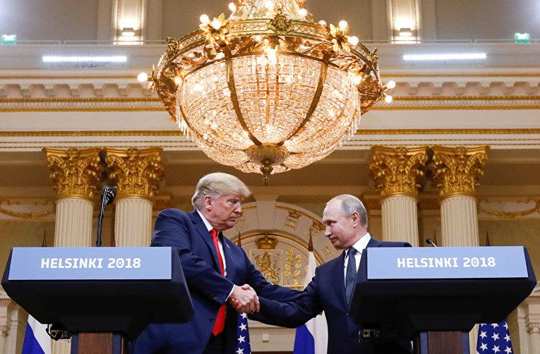 Дональд Трамп и Владимир Путин пожимают друг другу руки