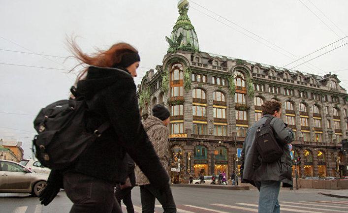 Пешеходный переход через Невский проспект у Дома Зингера (Дом книги) в Петербурге