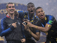 Антуан Гризманн, Поль Погба и Килиан Мбаппе (Франция) на церемонии награждения победителей чемпионата мира по футболу 2018