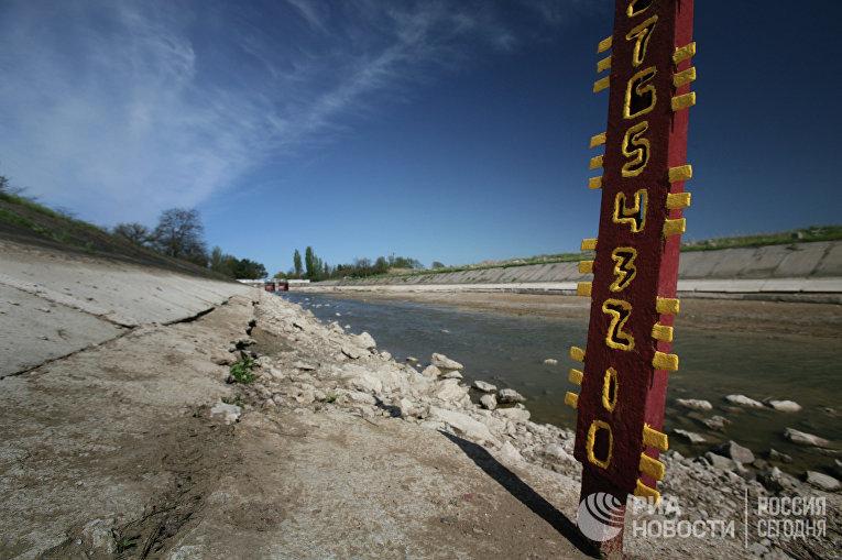 Мерные уровни, показывающие полное отсутствие воды в Северо-Крымском канале