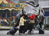 Статуя быка у торгового центра в Пекине, Китай