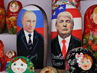 Матрешки с изображением президента России Владимира Путина и президента США Дональда Трампа в Москве