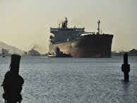 Грузовое судно проходит через Панамский канал
