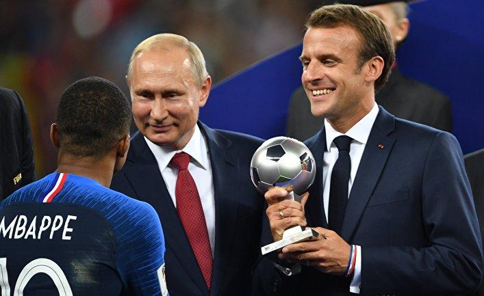 Президент РФ Владимир Путин и президент Франции Эммануэль Макрон (справа) на церемонии награждения победителей чемпионата мира по футболу FIFA 2018 года
