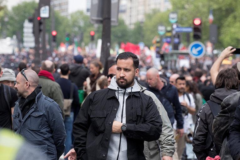 Советник президента Франции Александр Беналля во время столкновений с активистами на майском митинге в Париже